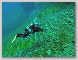 Lago di Posta Fibreno ai piedi delle montagne del Parco Nazionale d'Abruzzo, Lazio e Molise